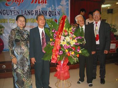 Lẵng hoa tặng Hội nghị