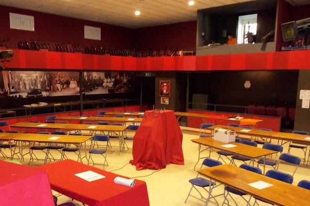 Sala del Teatre Societat Alian&ccedil;a Palmarenca, preparada per acollir el primer <i>Software Freedom Day</i> a La Palma de Cervell&oacute;. <b>Autor: Konfrare Albert</b>