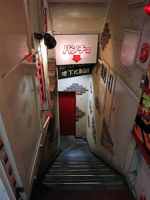 地下のお店へ下りる狭い階段