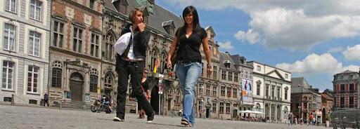 Bruselas Valonia: chicas paseando por el centro de la ciudad haciendo shopping