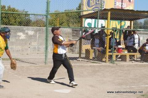 Oscar González bateando por Hipertensos en el softbol de veteranos