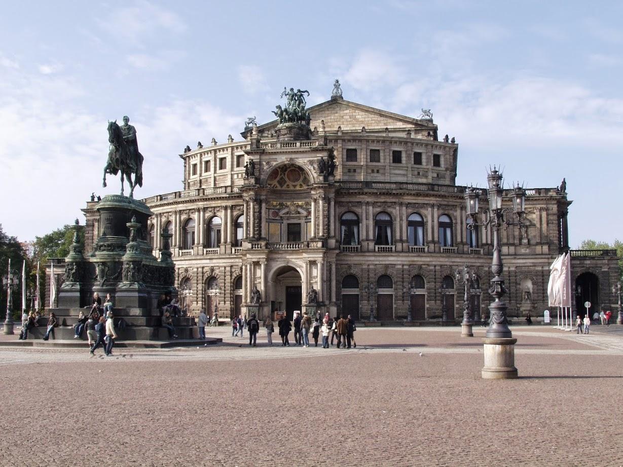 Semperoper auf dem Theaterplatz Dresden