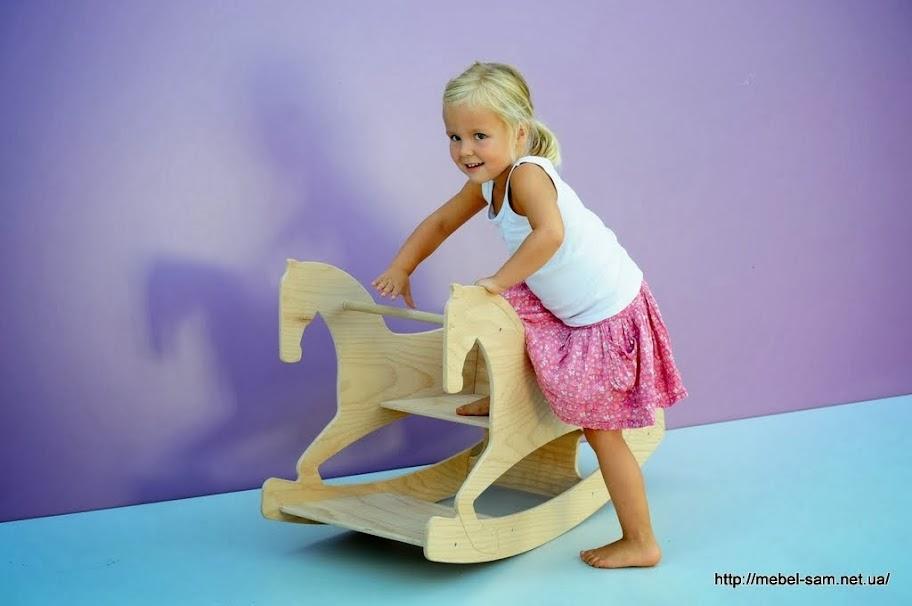 Необычный вариант детской лошадки качалки, но сеть в нее все так же легко