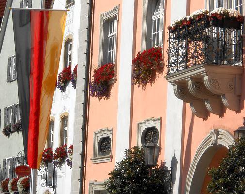 Schwarz-Rot-Gold: Deutschland-Fahne am Tag der Deutschen Einheit vor dem Rathaus von Rottenburg