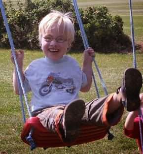 Glücklich auf der Schaukel: Patenkind Felix, 5 Jahre