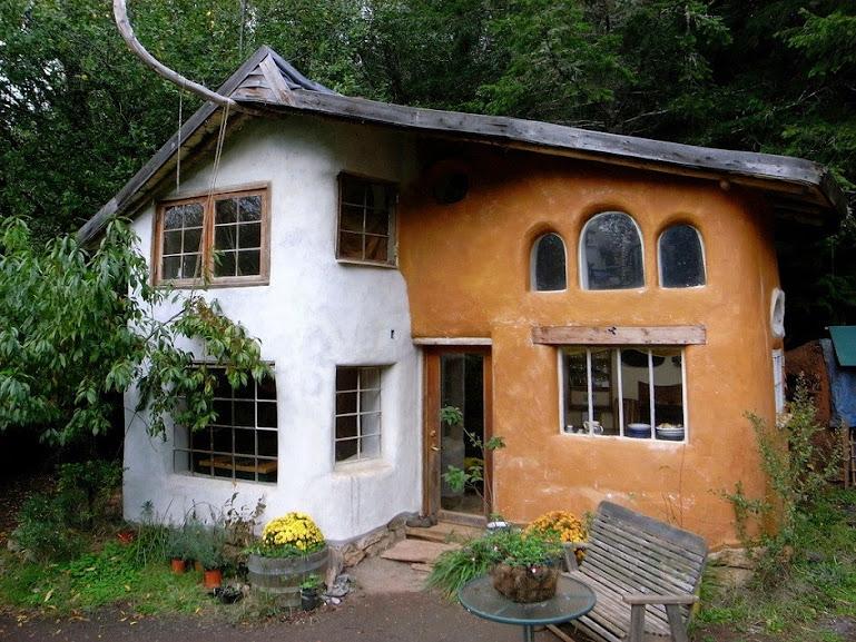 Casa de cobe, técnica similar ao superadobe e que preza pela sustentabilidade. Em todas essas técnicas, a terra é a protagonista e amiga da sustentabilidade.