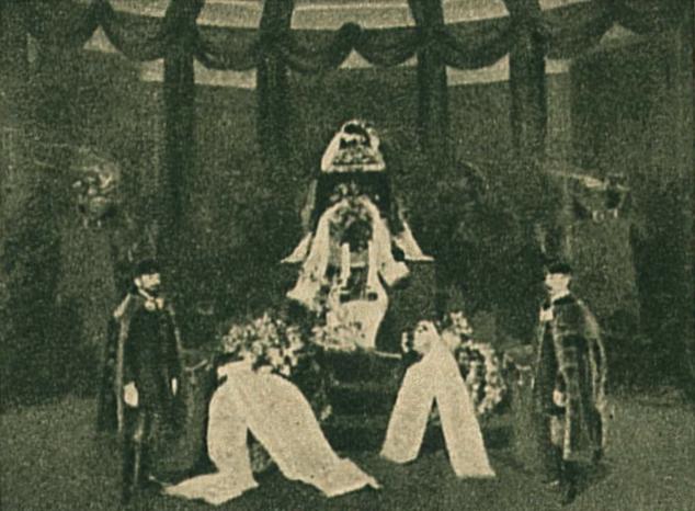 Jókai ravatala a Muzeum előcsarnokában