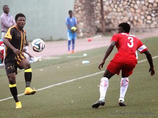 Héritier Luvumbu, en jaune et noir, lors du match face au Daring club motema pembe (DCMP) le14/12/2014 au stade Tata Raphaël de Kinshasa, score : 0-1. Radio Okapi/Ph. John Bompengo