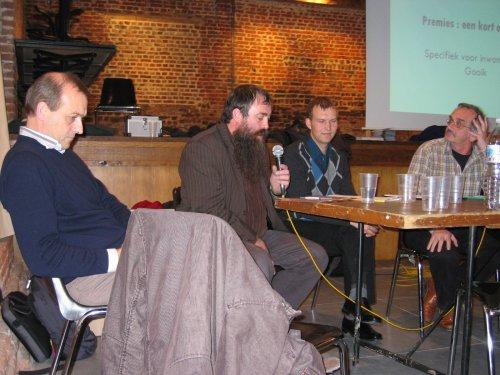 Vlnr:  Walter Merckx (PBE), Michel Amijs (Woonwinkel Pajottenland), Filip Mignon (Gooikse milieu ambtenaar) en Marc Berckmans (moderator)