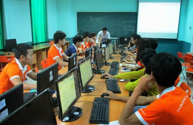 Tân sinh viên FPT Polytechnic Tây Nguyên thực hành tại phòng máy.