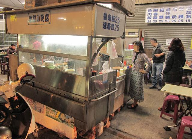 簡單的攤車充作料理的廚房+內用桌椅,就撐起了世紀小吃店。-世紀小吃店