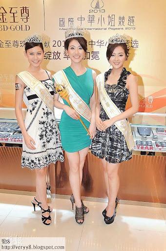 陳楚寰(左起)、鄧佩儀及張名雅當選華姐後,昨日馬不停蹄赴東莞領獎。