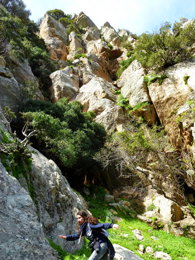 Κορίτσι σε κλοιό από βράχους