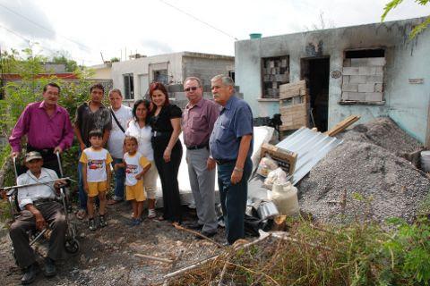 Entrega de apoyos del DIF y la Presidencia Municipal a familia afectada por incendio