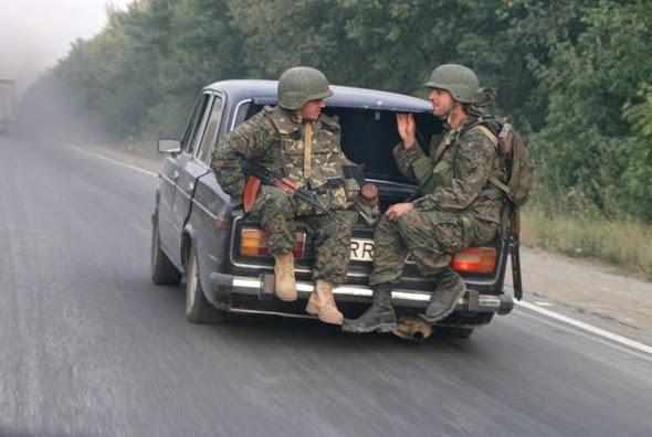 Coche con dos soldados en el maletero