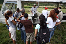 Un grupo de ciudadanos hace un recorrido botánico en el área de la Hacienda La Esperanza y luego analiza lo encontrado en las facilidades.