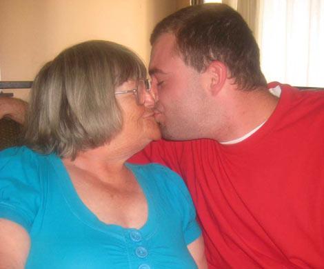 La vieja ayuda a su nieto a masturbarse VF