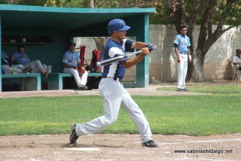 José Leza Montemayor bateando por Mineros de Vallecillo en el beisbol municipal