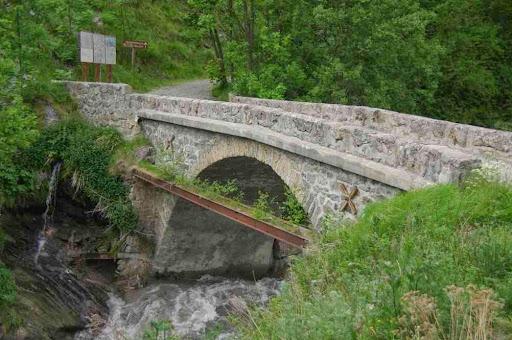 Le pont sur la Romanche, prélude à la SEULE montée de la journée !