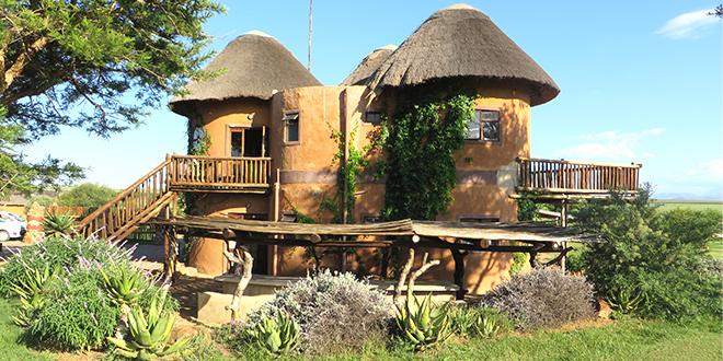dorm-rooms in rondavel-vorm bij Amphitheatre Backpackers, noordelijke Drakensberg - Zuid Afrika