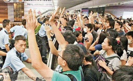 大批示威者聚集在被封鎖的天橋入口,要求警方開路。