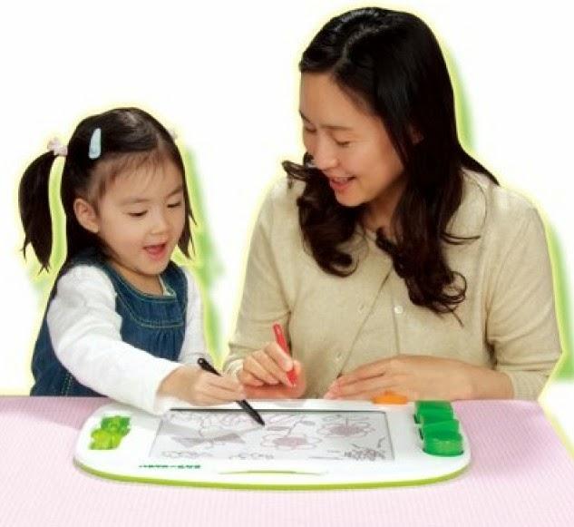 Mẹ chỉ cho bé cách dùng Bảng từ vẽ 2 màu Takara Tomy