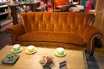 Die berühmteste Couch der TV-Geschichte - neben der der Simpsons?