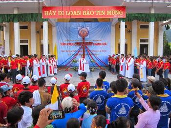 Giới trẻ và cộng đoàn giáo xứ Khoan Dụ đón Thánh Giá ĐHGT