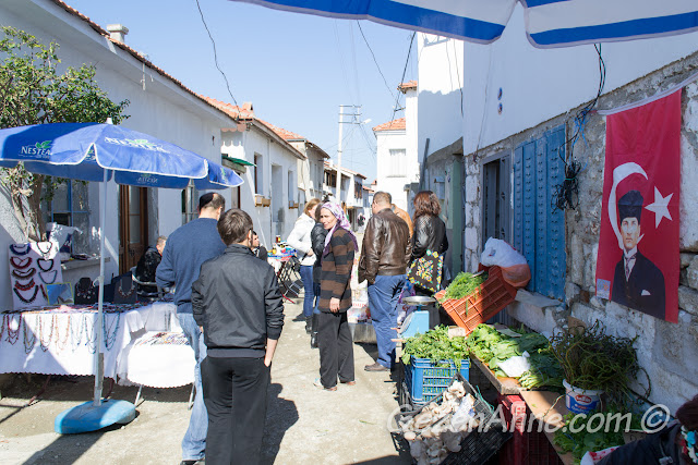 Sığacık'ta evler arasında kurlu üretici pazarı, Seferihisar