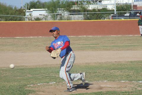 Daniel Villarreal de Rayos en el softbol sabatino