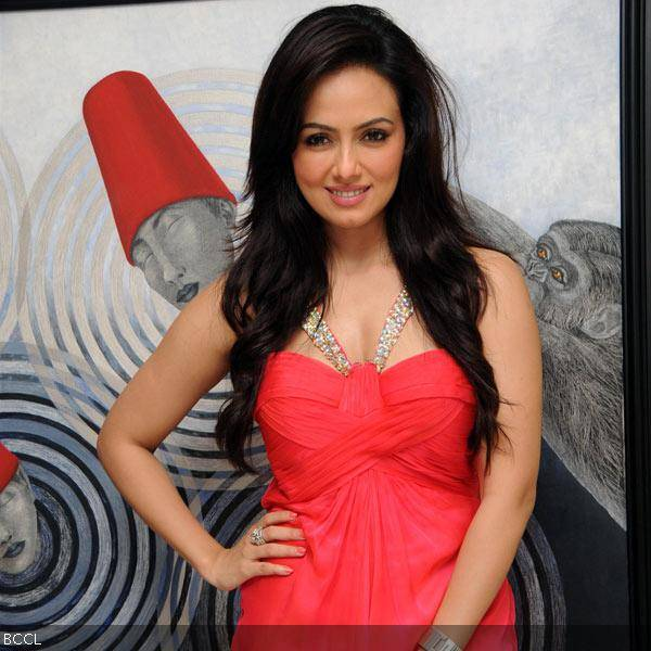 Sana Khan looks radiant in red at her 26th birthday celebrations in Mumbai on August 21, 2013. (Pic: Viral Bhayani)