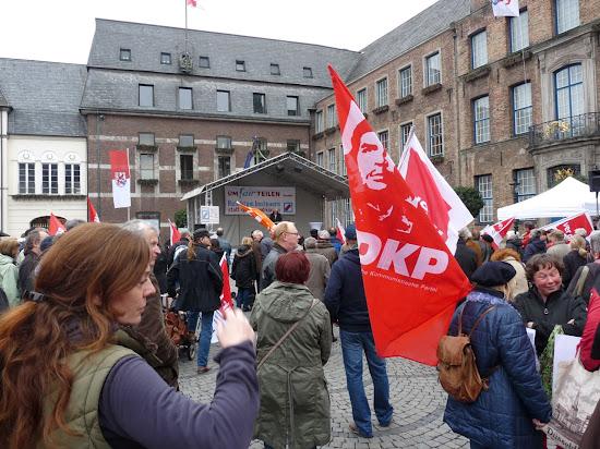 Demonstranten mit Fahnen vor dem Düsseldorfer Rathaus.