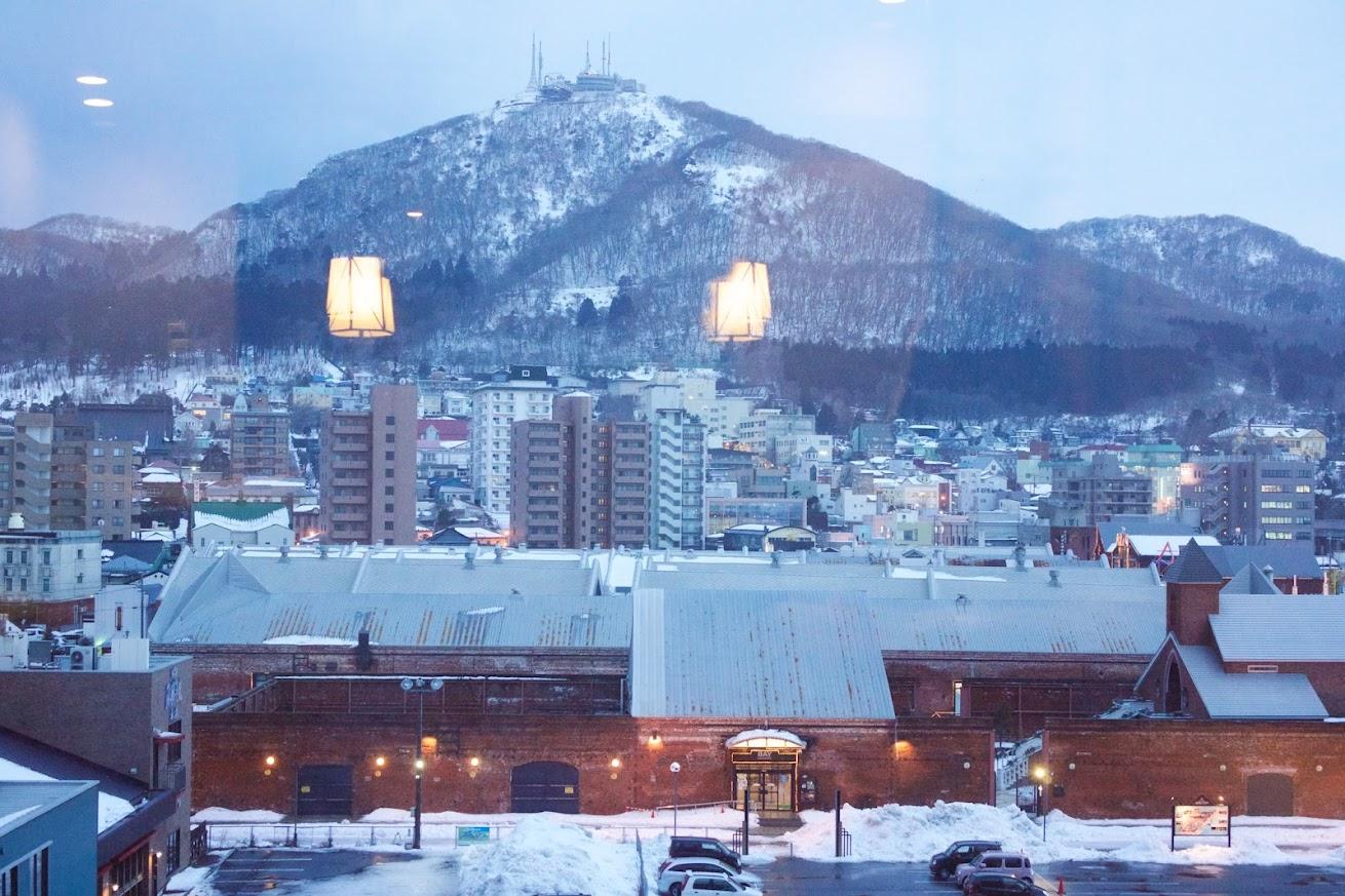 部屋の窓から望む函館山
