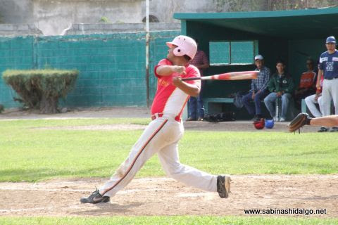Alan Montemayor de Mineros de Vallecillo en el beisbol municipal