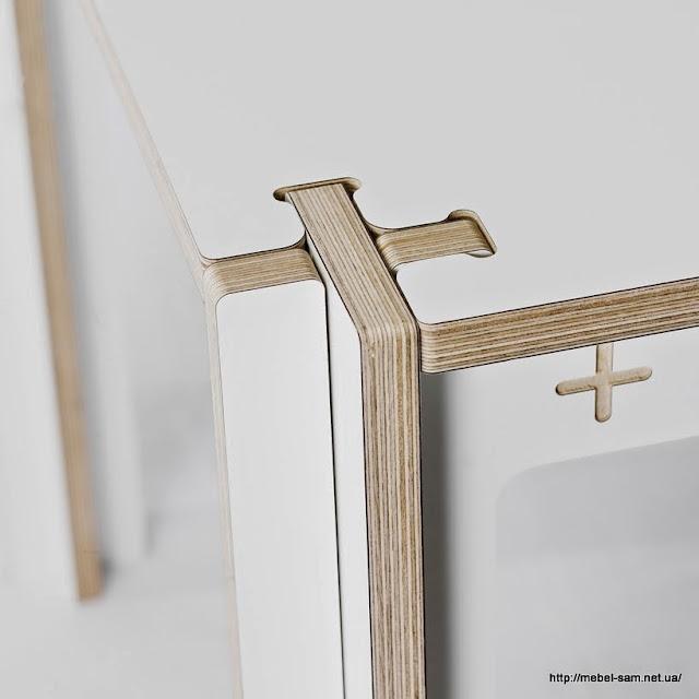 На боковине видна маркировка названия модели фанерного стола