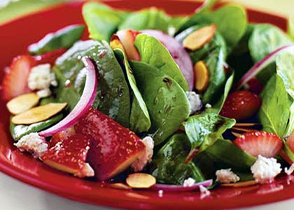 Ensalada de fresas, espinacas, almendras y queso azul en Ensalada de aguacate y fresas