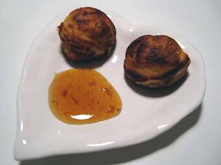 Oste-timian-æbleskiver med auberginemarmelade samt romtopf-cheesecake