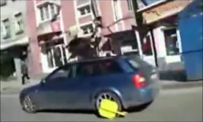 Homem conduz carro com roda bloqueada