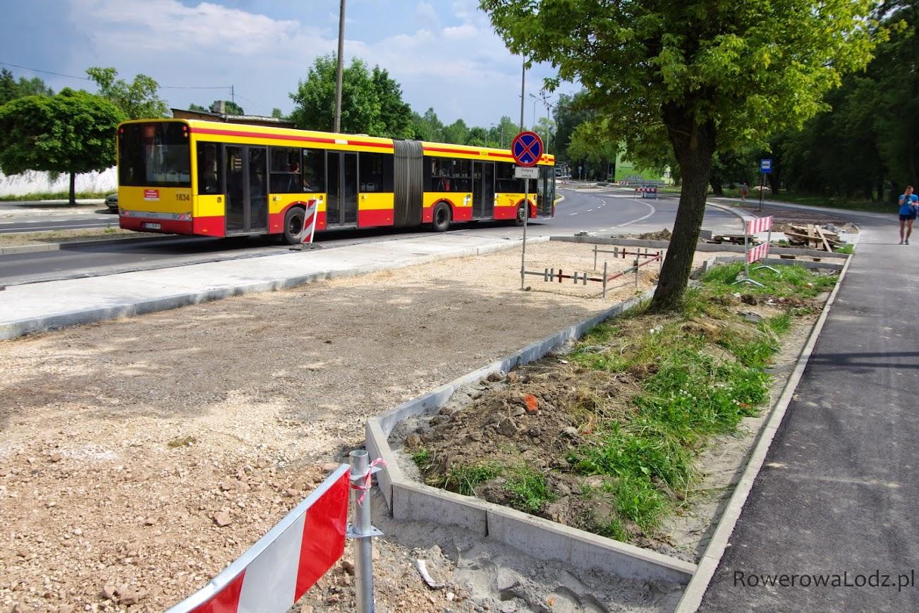 Autobusy już kursują, ale przystanki dopiero w powijakach.