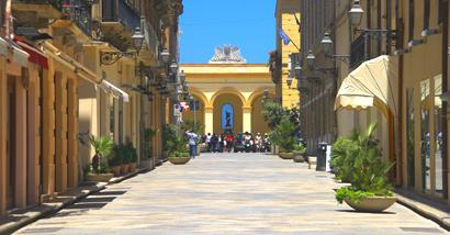 Sizilien - Trapani - Blick auf den alten Fischmarkt von der Fußgängerzone aus.