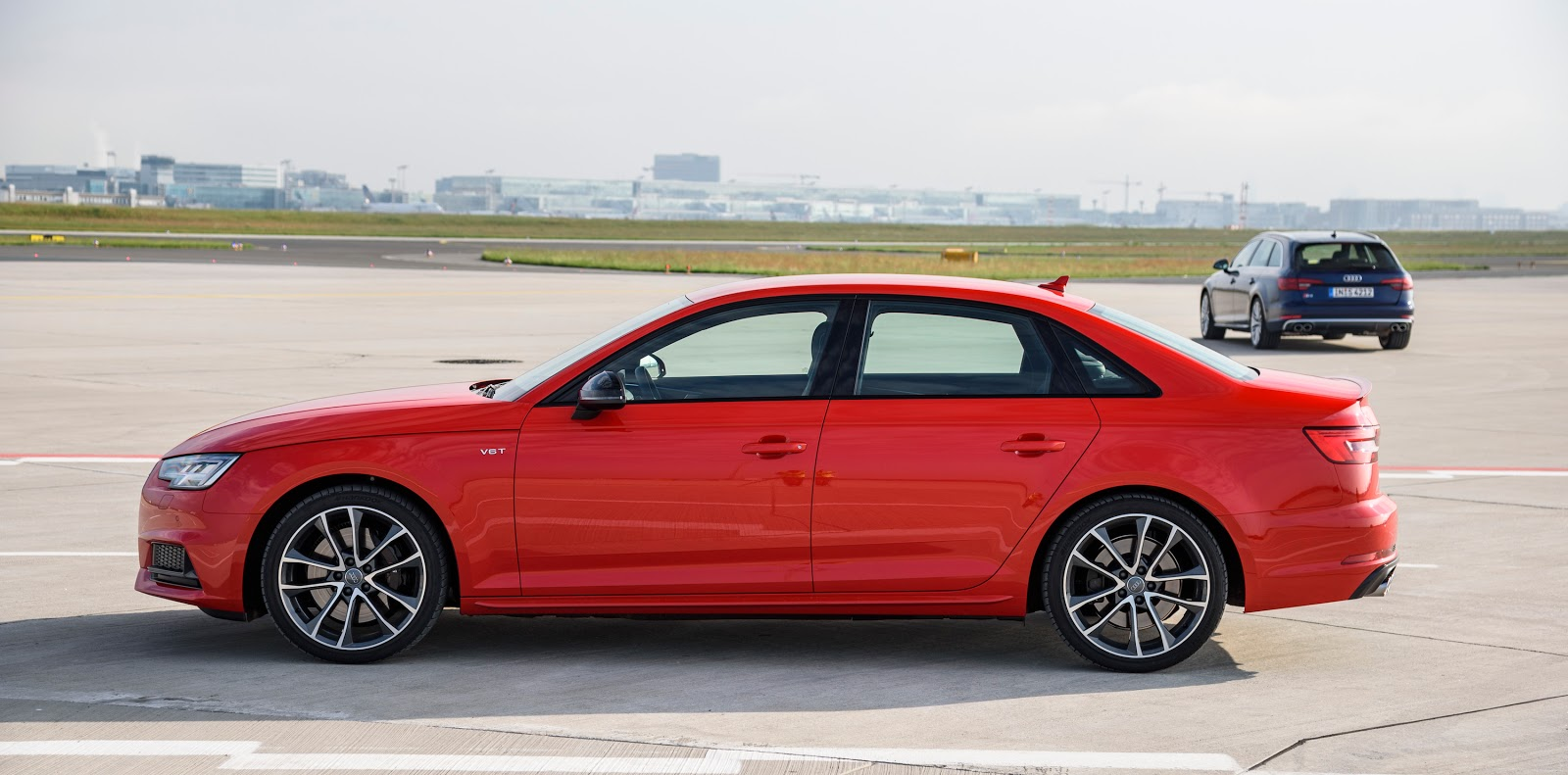 Bản sedan trông rất giống dòng 3 Series của BMW, không biết như thế nào