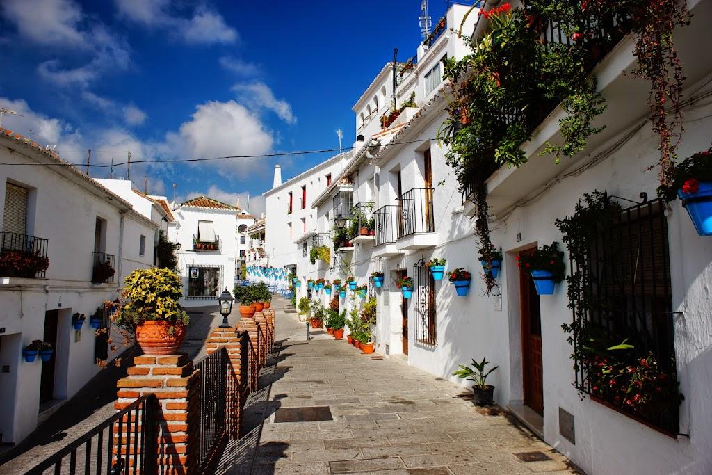 muros blancos maceteros azules en Mijas