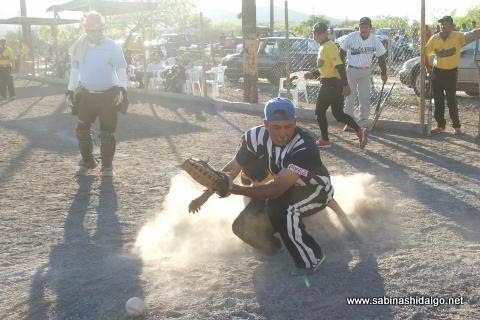 Barrida en home en el juego entre Agua y Drenaje y Astros