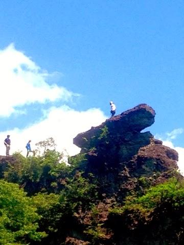 大砲岩の上に女性の姿が