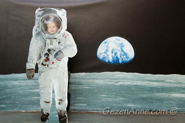 bilim merkezinde uzay kıyafetli hatıra fotoğrafı, Gaziantep