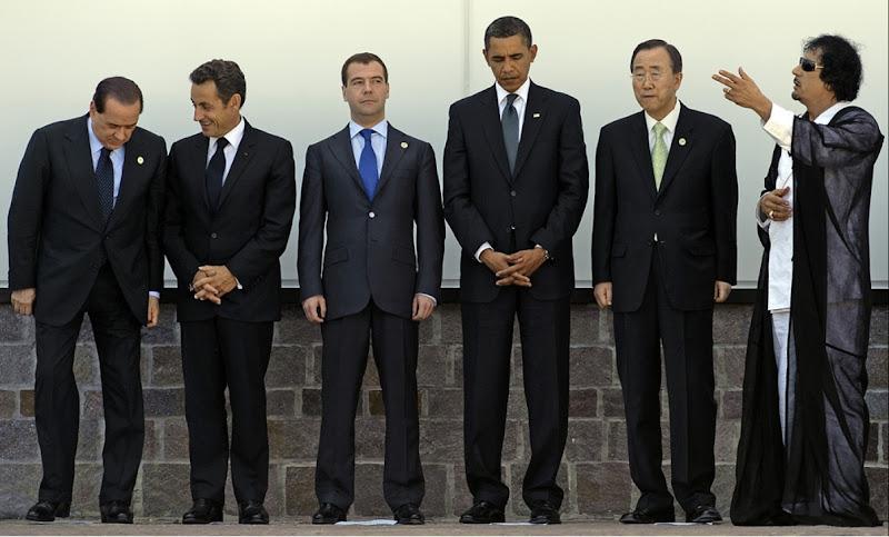 На фото: Слева направо: премьер-министр Италии Сильвио Берлускони, президент Франции Николя Саркози, президент России Дмитрий Медведев, президент США Барак Обама и генсек ООН Пан Ги-Мун с Муаммаром Каддафи во время саммита G8 в Италии в июле 2009 года. AFP PHOTO - JIM WATSON -EAST NEWS