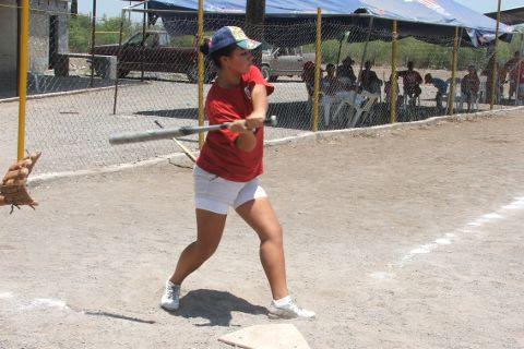 Sara Alba de Pioneras de Vallecillo en el softbol femnil del Club Sertoma