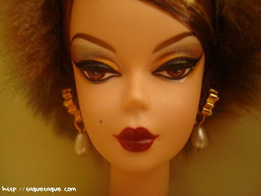 Barbie Silkstone Je ne sais quoi: primer plano de la cara, el maquillaje y los pendientes de la Silkstone