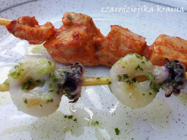 Tapas - mariscos (owoce morza) i mięso marynowane w papryce