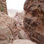 岩の間の細い道を登っていく。通った道を見下ろし休憩。